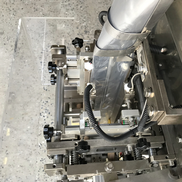 Liquid bag filling machine sealing part